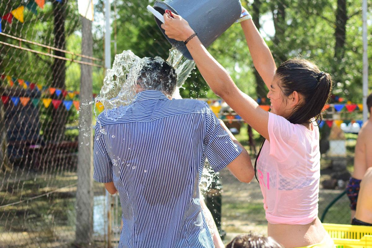 PEOPLE TEAM-táboros vízicsata a napsütésben